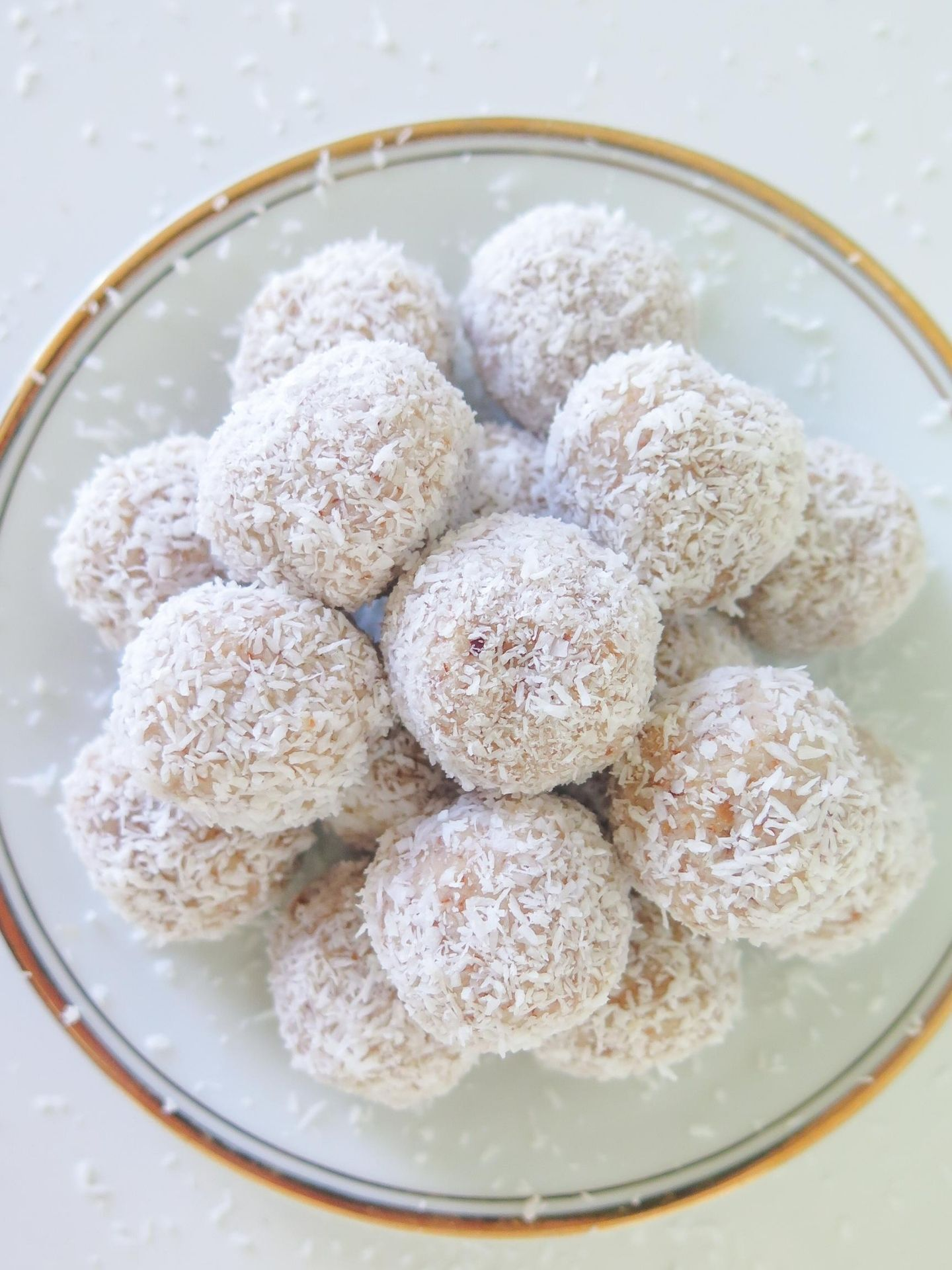 Mandel Kokos Bällchen aus Mandeltrester, gehäuft auf einem Teller abgebildet