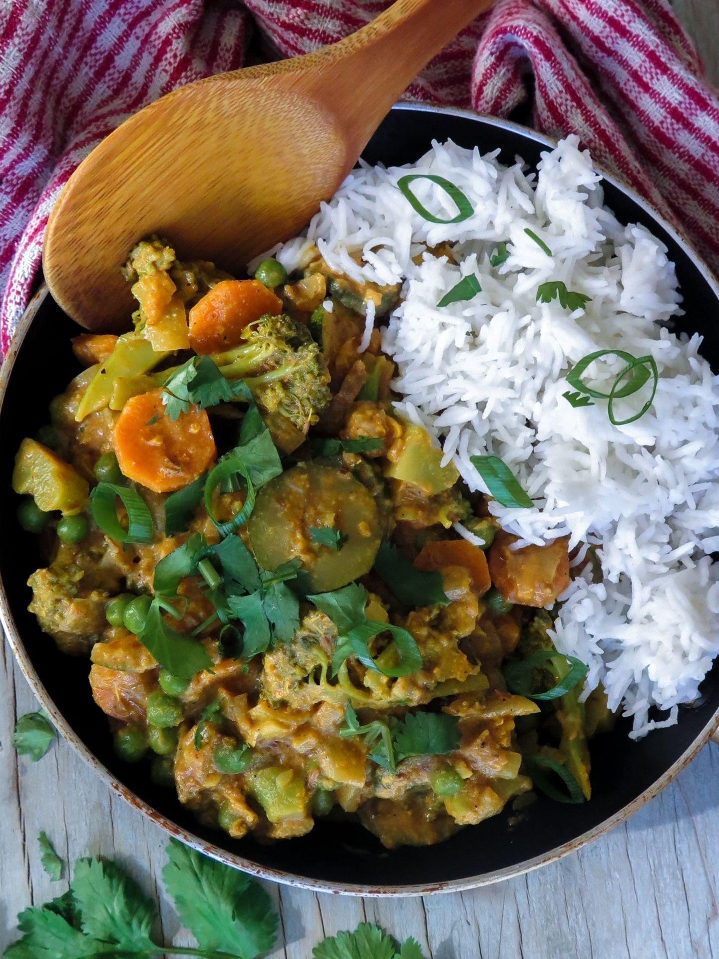 Indisches Veganes Gemüse Korma, serviert in einer Bratpfanne