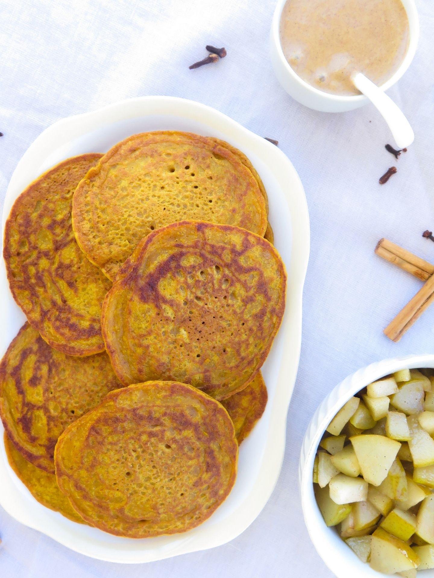 Kürbis Pancakes auf einem Teller serviert