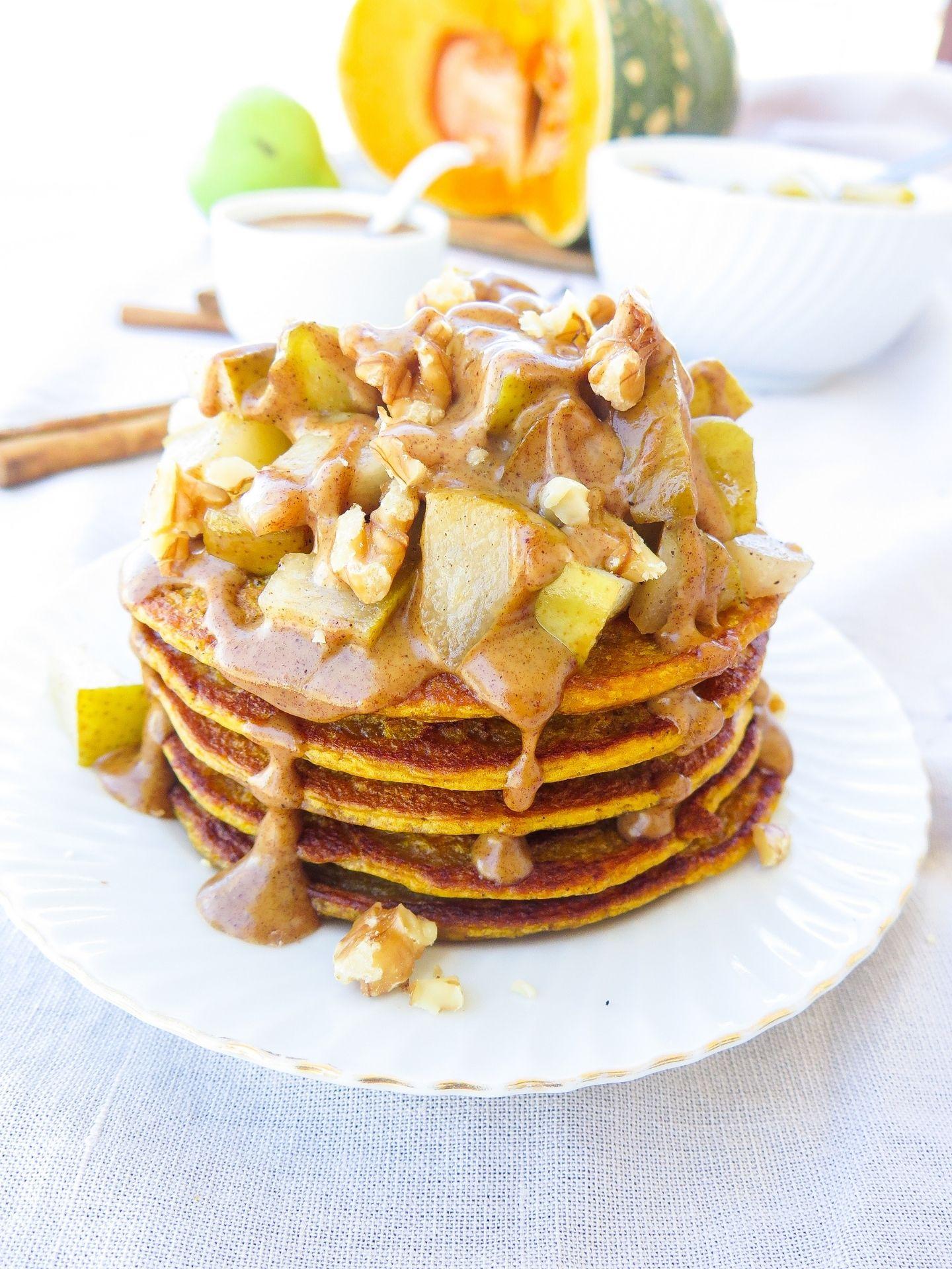 Kürbis Pancakes mit Ahorn Birnen und Zimt Karamel Sauce