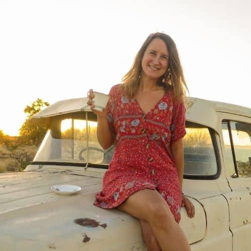 Julia sitzt auf einem Auto im Australischen Outback - Profilbild