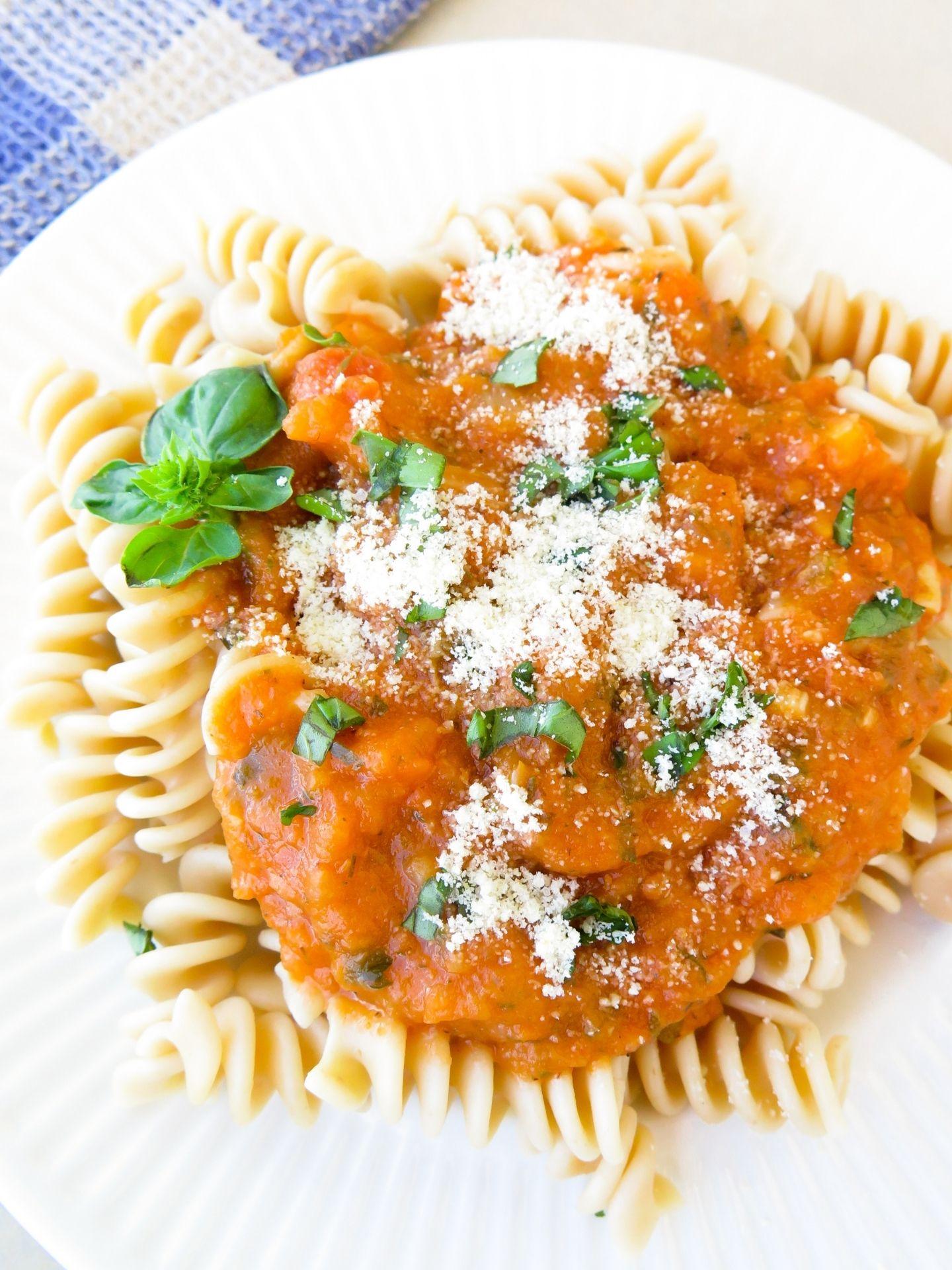 Veganer Parmesan ueber Pasta gestreut